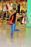 Menina feliz após a compra Imagem de Stock