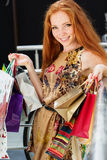 Menina feliz atrativa que compra para fora Fotografia de Stock Royalty Free
