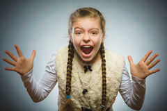 A menina feliz bem sucedida do retrato do close up isolou o fundo cinzento imagens de stock