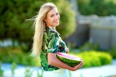 Menina feliz bonita com fatia de melancia madura fotos de stock royalty free