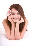 Menina feliz bonita com a flor na cama. Imagens de Stock