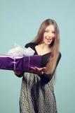 Menina feliz bonita com um presente. Imagem de Stock