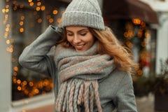 Menina feliz bonita elegante no revestimento do estilo do vintage com foto de stock royalty free