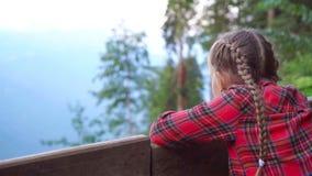 Menina feliz bonita nas montanhas no fundo da névoa vídeos de arquivo