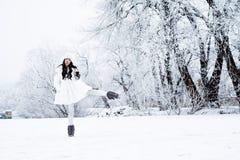 Menina feliz bonita nova que anda no parque Stylis vestindo modelo fotografia de stock