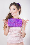 Menina feliz bonita que recebe presentes em seu aniversário Fotografia de Stock Royalty Free
