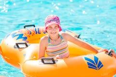 Menina feliz bonito no aquapark do amusment Fotos de Stock Royalty Free