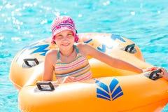 Menina feliz bonito no aquapark do amusment Imagens de Stock