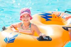 Menina feliz bonito no aquapark do amusment Imagem de Stock