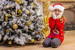 Menina feliz bonito no assento e no sorriso vermelhos do chapéu Imagem de Stock Royalty Free