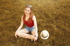 Menina feliz bonito no outono da grama Imagem de Stock Royalty Free