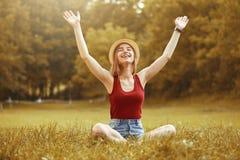 Menina feliz bonito no outono da grama Imagens de Stock Royalty Free