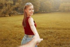 Menina feliz bonito no outono da grama Imagem de Stock