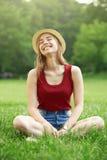 Menina feliz bonito no verão da grama Imagem de Stock