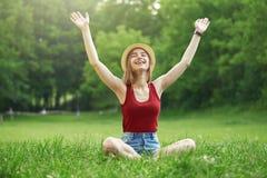 Menina feliz bonito no verão da grama Imagem de Stock Royalty Free
