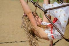 Menina feliz cinco anos de vestido vestindo velho do verão que tem o divertimento Imagem de Stock Royalty Free