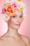 Menina feliz com as flores no cabelo Foto de Stock