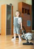 Menina feliz com aspirador de p30 Fotos de Stock