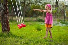 Menina feliz com balanço. Imagem de Stock