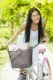 Menina feliz com bicicleta Fotografia de Stock