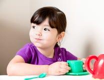 Menina feliz com a boca completa do chá Imagem de Stock Royalty Free