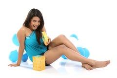 Menina feliz com caixa atual Foto de Stock