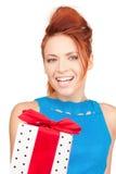 Menina feliz com caixa de presente imagem de stock royalty free