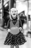 Menina feliz com a cesta €™Lantern de Jack Oâ da abóbora de Dia das Bruxas Foto de Stock Royalty Free