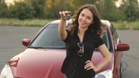 Menina feliz com chave à disposição do carro novo vídeos de arquivo