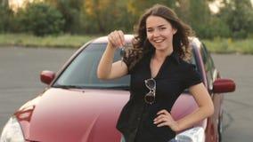 Menina feliz com chave à disposição do carro novo video estoque