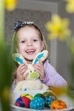 Menina feliz com coelho e ovos da páscoa do brinquedo Fotografia de Stock Royalty Free