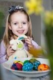 Menina feliz com coelho e ovos da páscoa do brinquedo Imagens de Stock