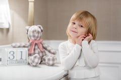 Menina feliz com com data o 31 de dezembro. Foto de Stock Royalty Free