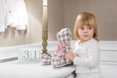 Menina feliz com com data o 31 de dezembro Fotos de Stock Royalty Free