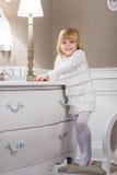 Menina feliz com com data o 31 de dezembro Imagem de Stock