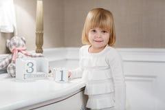 Menina feliz com com data o 31 de dezembro Foto de Stock Royalty Free