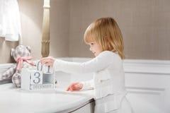 Menina feliz com com data o 31 de dezembro Imagens de Stock Royalty Free