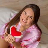 Menina feliz com coração imagem de stock