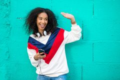 Menina feliz com dispositivos que cumprimenta amigos Imagem de Stock Royalty Free
