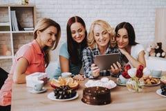 Menina feliz com família junto Senhora e 8 de março imagens de stock royalty free