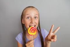 Menina feliz com lollipop Foto de Stock