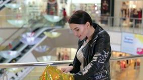 Menina feliz com lotes de caminhadas da compra através do shopping video estoque