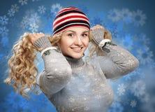 Menina feliz com o cabelo dourado das ondas que joga com fundo nevado. foto de stock