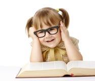 Menina feliz com o livro que desgasta vidros pretos Foto de Stock