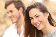 Menina feliz com o sorriso branco que olha a câmera fotografia de stock royalty free