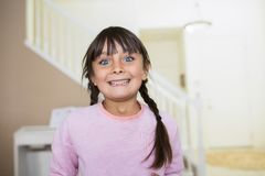 Menina feliz com olhos azuis grandes e um sorriso grande foto de stock royalty free