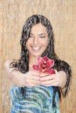 A menina feliz com a orquídea vermelha sob a água deixa cair imagens de stock royalty free