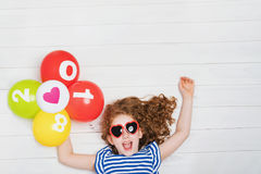 A menina feliz com os óculos de sol, guardando o arco-íris balloons Imagens de Stock