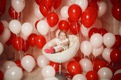 Menina feliz com os balões vermelhos e brancos Fotos de Stock