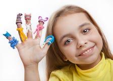 Menina feliz com os homens pintados nos dedos nos tampões da argila e nos scarves feitos malha Fotografia de Stock Royalty Free